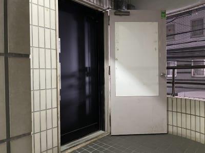 階段で2階へ。 - V-panic パーティールーム レンタルルーム、カラオケの入口の写真