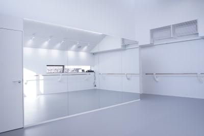 幅4mの全面鏡で姿勢やフォームをチェックできます - ギャラリー+スタジオ COMMU 【撮影利用】スタジオの室内の写真