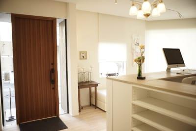 明るく綺麗なスペース入り口 - ギャラリー+スタジオ COMMU 【撮影利用】スタジオの入口の写真