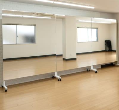 高さ2m・幅1.2mの鏡を4つ備えています。 8人程度のフィットネス教室やダンス練習でご利用いただけます。 - レンタルスタジオKACHA レンタルスタジオの設備の写真