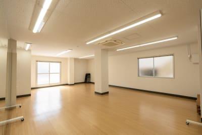 明るいトーンの色合いにしているため、スペース全体が明るく、気持ちよく練習をしていただける空間づくりをしています。 - レンタルスタジオKACHA レンタルスタジオの室内の写真