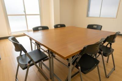 2人用長机×3、椅子×6をご用意しております。 ミーティングや小規模セミナーなどにご利用ください。 - レンタルスタジオKACHA レンタルスタジオの設備の写真