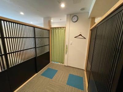 ベッドは折り畳みタイプで収納できますので、ベッドを利用しない施術の方も利用できます - なりひら治療院 レンタル施術所の室内の写真