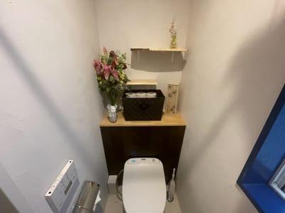 スタッフがDIYした和モダンなトイレも利用可能です - なりひら治療院 レンタル施術所のその他の写真
