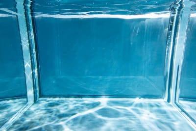スタジオ内水槽は、ライティングによってさまざまな撮影をお試しいただけます。 - Photo Studio NY 水中撮影可能なスタジオの室内の写真