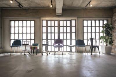 さまざまな種類の椅子がございます。 - Photo Studio NY 水中撮影可能なスタジオの設備の写真