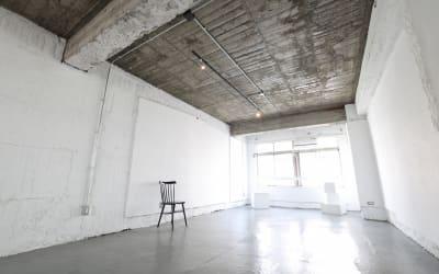 日中は優しい自然光が差し込みます - Y4 STUDIO 代々木 撮影スタジオ&ギャラリーの室内の写真