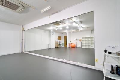 幅5.1m×高さ1.8mの大型鏡 - 中野レンタルスタジオ「オドリバ」 レンタルスタジオの設備の写真