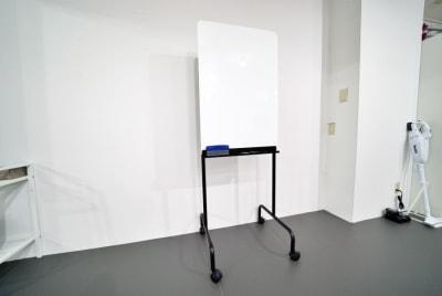 ホワイトボード(幅60cm×高さ90cm) - 中野レンタルスタジオ「オドリバ」 レンタルスタジオの設備の写真