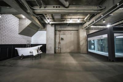 水専用フロアでは温水が出せる設備があり、気温にかかわらず撮影可能です。 ※水利用オプションが必要です。 - Photo Studio NY 水中撮影可能なスタジオの室内の写真