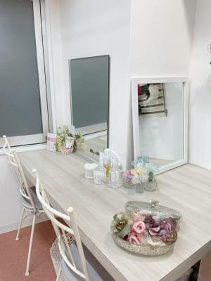 大きめの鏡は2個ごご用意しております。 また、店内には大きい姿見もございます。 - myclosetヘアセットブース レンタルサロンの室内の写真