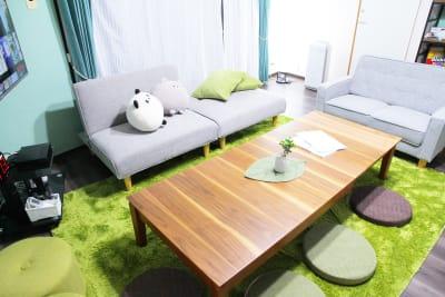 ソファーベッド(分割タイプ)と2Pソファに120~180cm幅調整テーブル♪ - アネックス新大阪 SpaceLikeの室内の写真