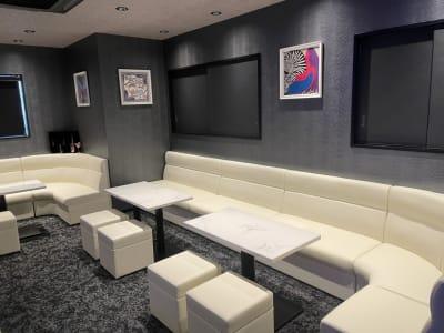 店内④コーナーになっていて広々としたつくり - h(ash) TOKYO  レンタルスペース(カラオケ有)の室内の写真
