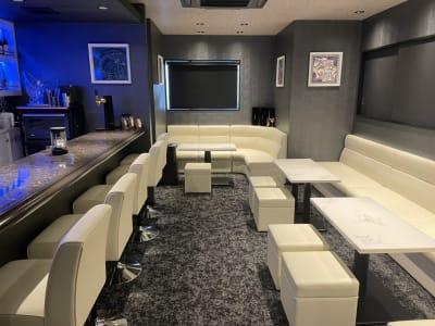 店内②ソファーとスツールを使用すれば相当数着席出来ます - h(ash) TOKYO  レンタルスペース(カラオケ有)の室内の写真