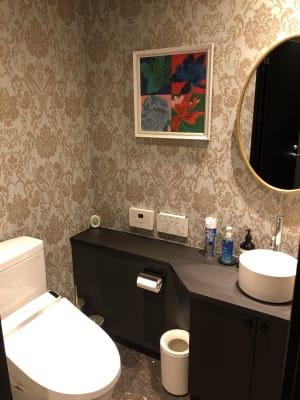 外に出なくても店内にトイレ1箇所あります - h(ash) TOKYO  レンタルスペース(カラオケ有)の室内の写真