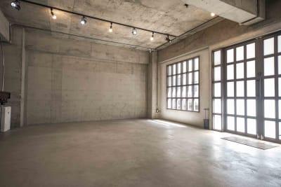 コンクリート剥き出しの無骨な内観 スタジオ内の壁は、あえてコンクリートを剥き出しにし冷たい質感にすることで、マンハッタンスタイルとブルックリンスタイルを融合させたおしゃれなニューヨーク調漂うスタジオになっています。 - Photo Studio NY 撮影スタジオの室内の写真