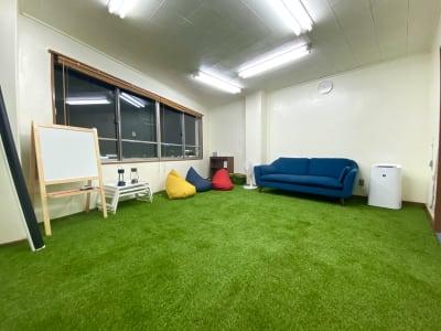エキマエ+ しばふスペースの室内の写真