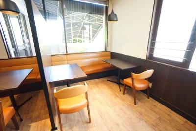 デニーズ幡ヶ谷マルチスペース オープン2名席No.10の室内の写真