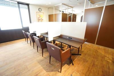 デニーズ幡ヶ谷マルチスペース オープン1名席No.17の室内の写真