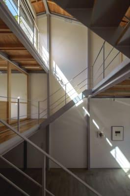 全面に広がる大きなガラス窓とそこに差し込む新鮮な陽の光。 - mado プライベートワークスペースの室内の写真