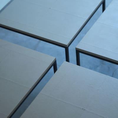 和紙のあたたかな手触りが心を整えてくれる ワークテーブル (750mm×750mm)×4  - mado プライベートワークスペースの室内の写真