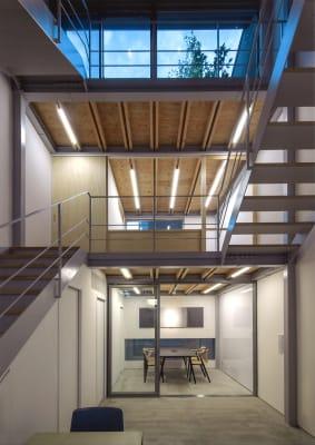 1階部分のスペース2部屋全面貸し切りでご利用いただけます。 - mado プライベートワークスペースの室内の写真