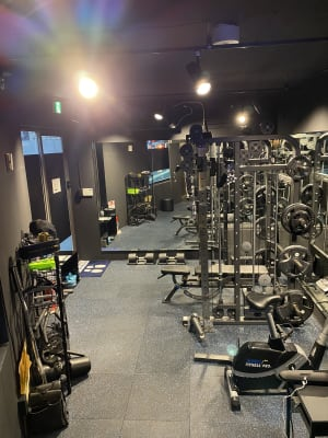 パーソナルトレーニングも最適!  - プライベートジムリミッタープラス トレーニングルームの室内の写真