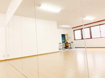 横5.4mのミラーなので、グループでも横一列で練習していただけます。 - ダンススタジオFAMFAM レンタルスタジオの室内の写真
