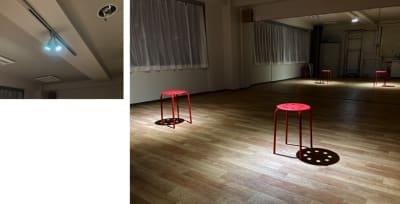 ライトの角度を変えることで2人に照明を当てることもできます。(スポットライト使用) - 大宮とらのスタジオの室内の写真