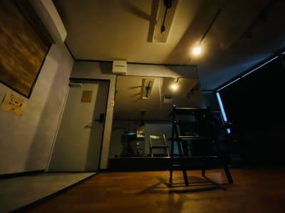 スポットライトを設置しています。 リモコンでON/OFF、調光&調色もできますので、お好みの光の中でダンスや演劇のお稽古など、自分の世界に浸れます。 - レンタルスタジオソメル ダンススタジオの室内の写真