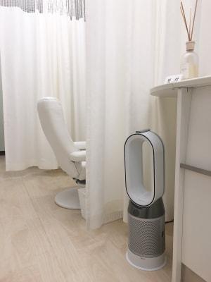感染症対策・抗ウィルス抗菌カーテンと空気清浄機の設置 - ラ・ナチュール シェアサロン ベッドブースの室内の写真