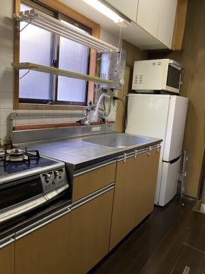 キッチン:流し台、コンロ、冷蔵庫、電子レンジなど十分に揃ってます。 - 寺子屋大吉 世田谷のまったり古民家の設備の写真