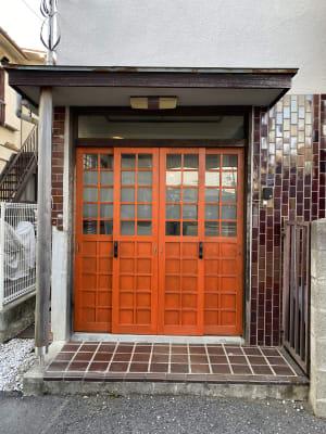 朱色の玄関がひときわ目立っています。 - 寺子屋大吉 世田谷のまったり古民家の外観の写真