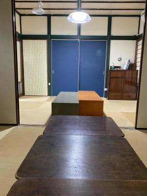 6畳の続き間12畳の和室です。アンティーク家具がかもし出す憩える場となっています。 - 寺子屋大吉 世田谷のまったり古民家の室内の写真