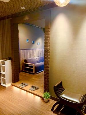 こちらでスリッパに履き替えて下さい。 - SANATIO SPA新宿店 レンタルサロンの入口の写真