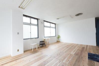 広い白壁もあります。 - ハレルフォト 会議室 ・多目的 ・撮影スタジオの室内の写真