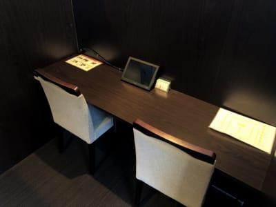作業されるにはちょうどいい、広めのデスクに電源も完備。 - 大阪駅第3ビルワーキングスペース コワーキングスペース/18ブースの室内の写真
