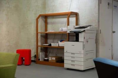 スクリーンやコピー機などの設備がそろっております。お気軽にお問い合わせください。 - TAGE-community ミーティングルームご利用プランの設備の写真