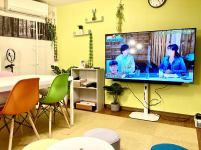 65型大型テレビ完備 - としょかんのうら・かしわ 柏レンタルスペース・貸し会議室の室内の写真