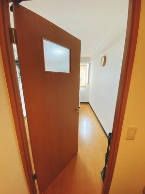 扉で区切られているのでお着替えも可能 - Oreo Space 相模原 OreoSpace相模原/サロンの室内の写真