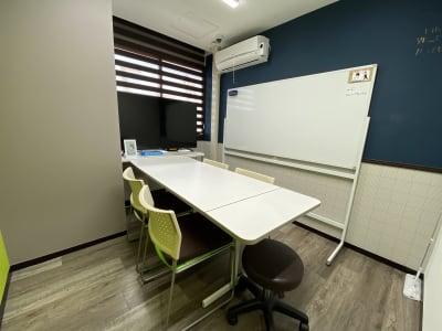 ミリヨン  シェアスペース 【毎日消毒安心個室】03部屋会議の室内の写真