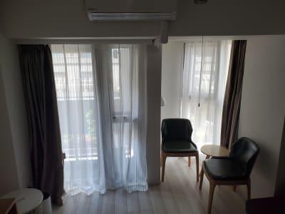 日中はカーテン開けて自然光で充分明るい☀️ - プレシャス 多目的スペースの室内の写真