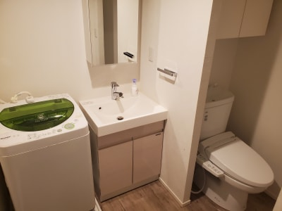 トイレ、洗面台 ※洗濯機は有料オプション - プレシャス 多目的スペースの設備の写真