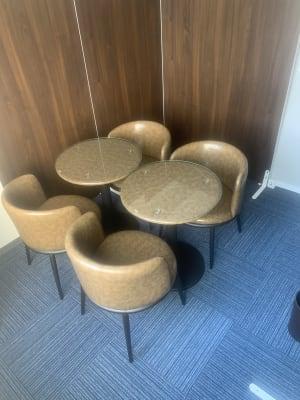 電源、Wi-Fi完備のプライベート空間 - AtoZ英会話倶楽部 なんでも使える個室タイプの室内の写真