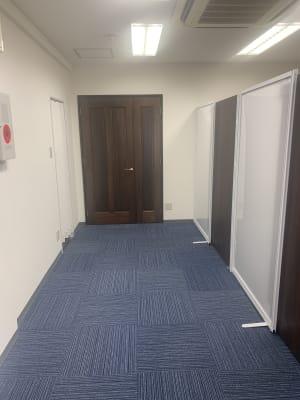 AtoZ英会話倶楽部 なんでも使える個室タイプの入口の写真