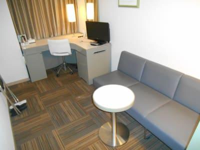 大きな机とソファ完備 - グランドセントラルホテル Study Roomの室内の写真