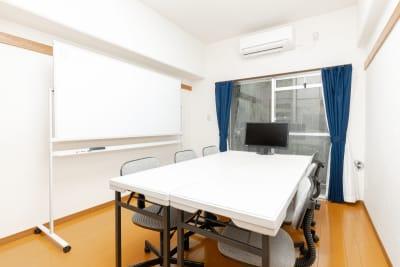 デフォルトは対面式の配置になっています。 - YK会議室吉祥寺302の室内の写真