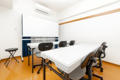 画像のようなスクール形式の配置も可能です。 - YK会議室吉祥寺302の室内の写真