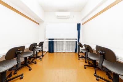 画像のような勉強会形式の配置も可能です。 - YK会議室吉祥寺302の室内の写真