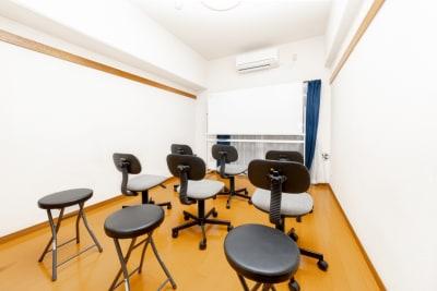 画像のようなセミナー形式の配置も可能です。 - YK会議室吉祥寺302の室内の写真